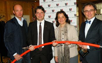 Roland Hebbel (GF Firma Steinbacher), Peter Seiwald, Bettina Huber (GF Wirtschaftsbund Kitzbühel) und Christoph Holz (Fachgruppenobmann UBIT) bei Pressekonferenz zum Breitbandausbau