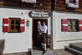 Peter Seiwald mit Sohn Peter jun. vor der Wiegalm in Brixen