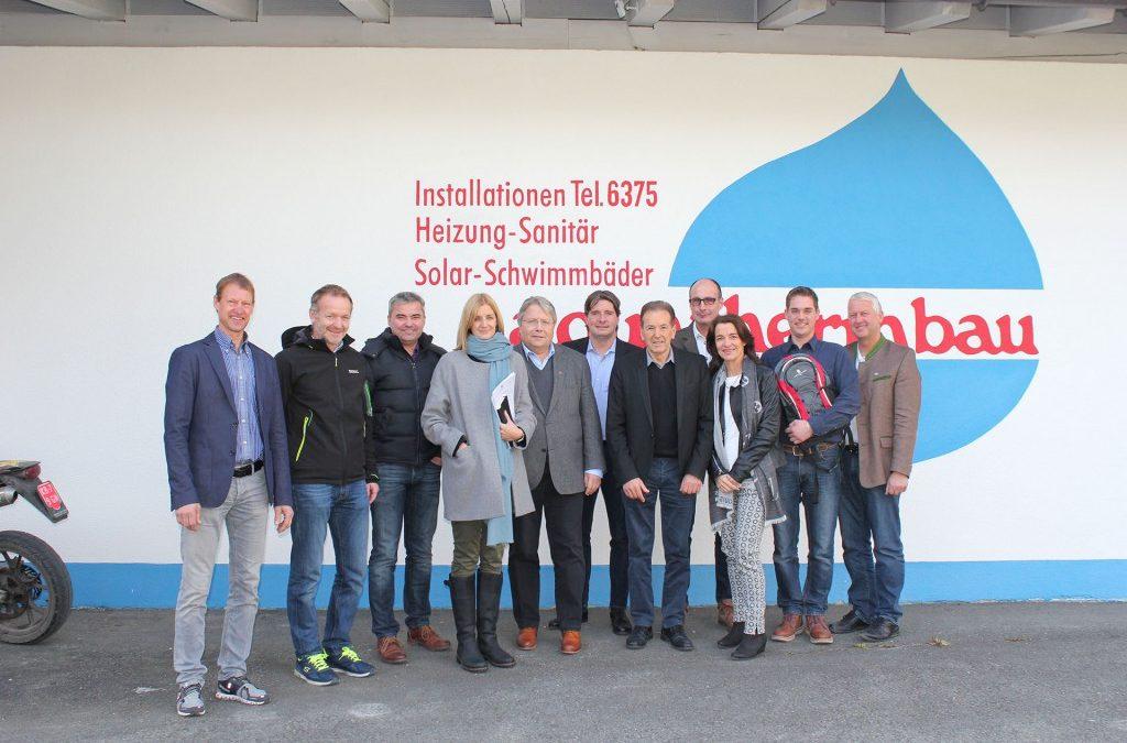 Der Landesobmann des Tiroler Wirtschaftsbundes mit Bezirksobmann auf Bezirkstour in Kitzbühel